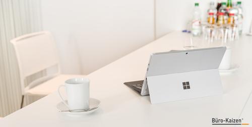 Ein aufgeräumter Schreibtisch kann Balsam für die Seele und eine gute Work-Life-Balance sein. Ein aufgeräumter Schreibtisch kann der erste Schritt zu mehr Ordnung im Büro sein.