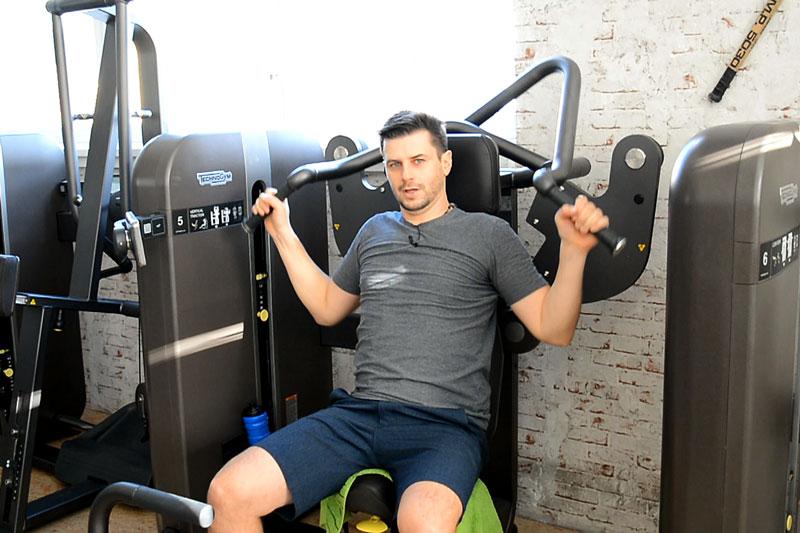 Fitness Übung Latzug