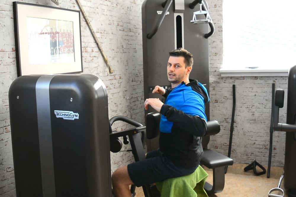 Fitnessstudio Übung Rudern